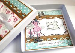 KArtka dla krawcowej w pudełku